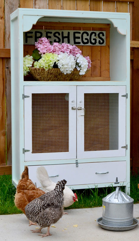 DIY Chicken Coops You Need In Your Backyard DIY Chicken Coop - Chicken co op with flowers
