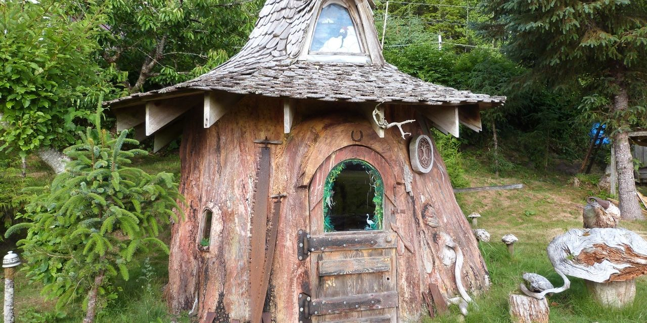 Tree stump house - One Artist Spent 22 Years Carving A Tree Stump Into This Tiny House Unique Tiny Homes