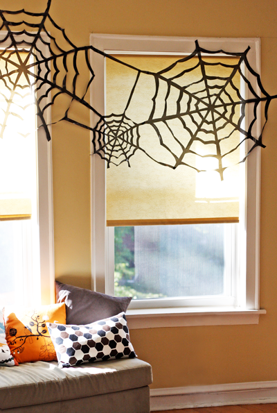Create this beautiful, dramatic spider webs out of black garbage bags. You'll need a black Sharpie, a pair of scissors, some tape, and some step by step instructions. 
