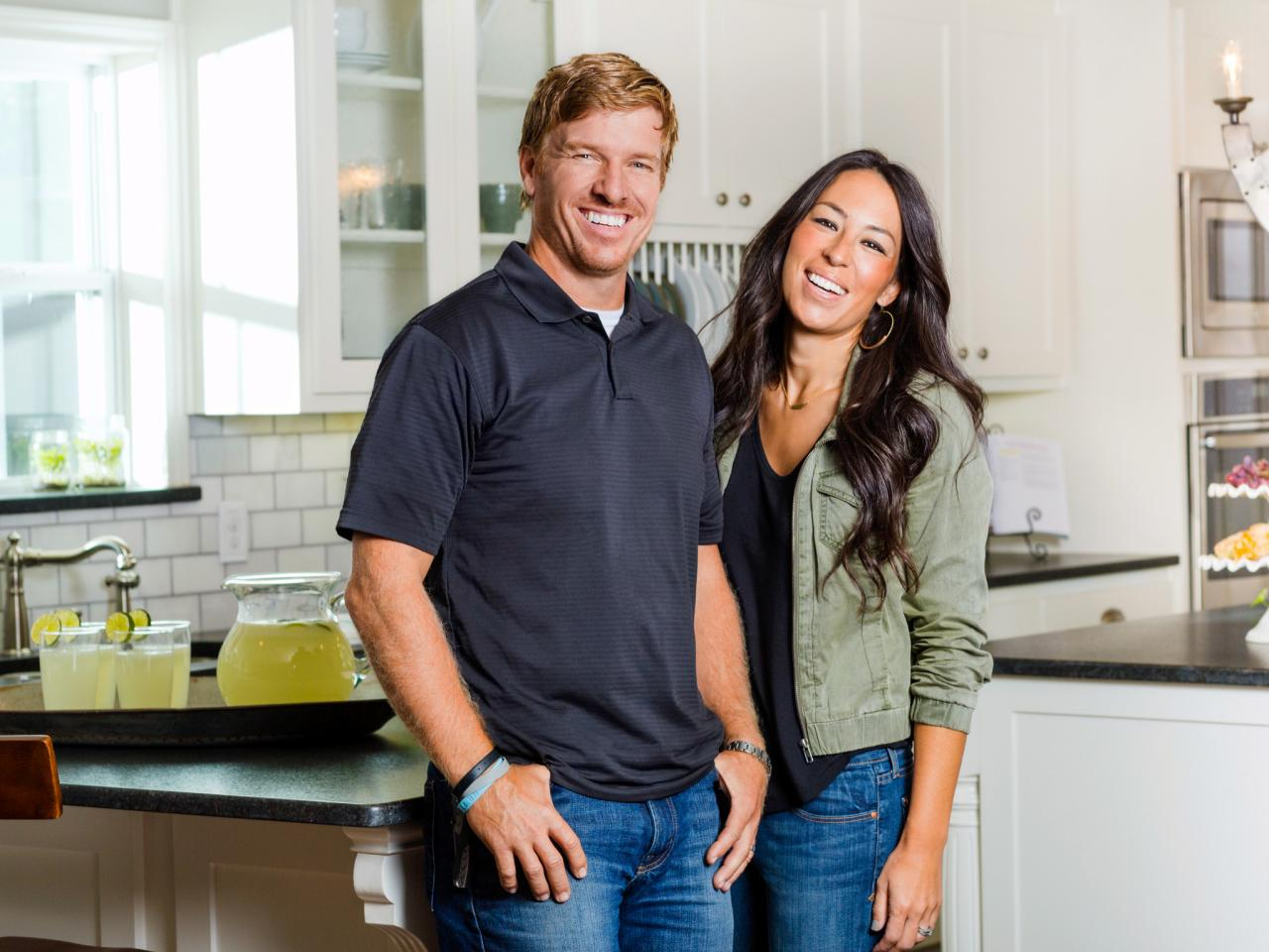 1443207573 bp hfxup202h bts hosts chip and joanna gaines for Chip and joanna gaines bed and breakfast