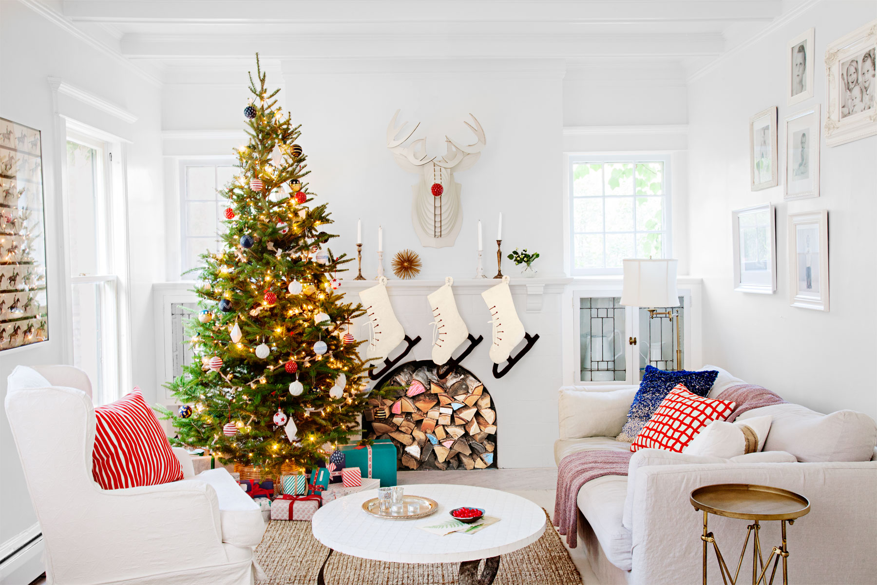 35 Christmas Mantel Decorations - Ideas for Holiday Fireplace ...