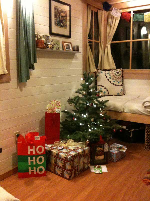 16 Small Space Christmas Decorating IdeasTiny House Christmas