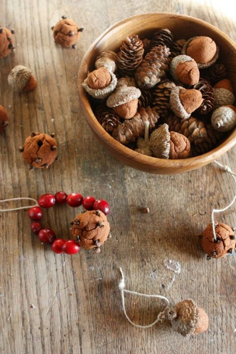 Blogger Lisa offers a spicy, cinnamon applesauce dough recipe that smells great and can be used in a variety of ways. Shape into acorns and pomanders for a seasonal decoration, or string them with dried orange slices for a rustic Christmas garland. 