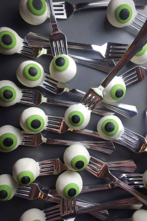 These candy-coated cake treats are spooky and delicious.  Get the tutorial at Bakerella.