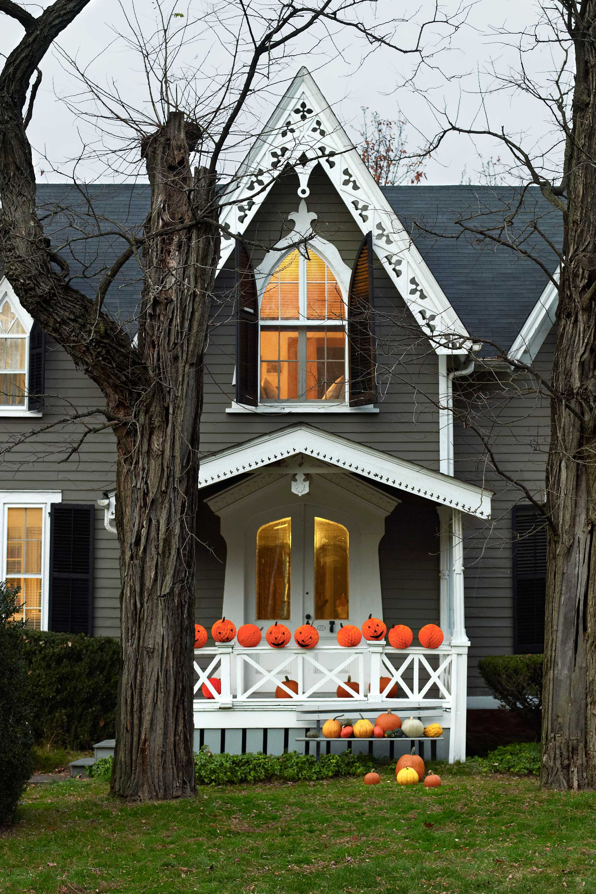 35 best outdoor halloween decoration ideas easy halloween yard and porch decor - Halloween Decorated House