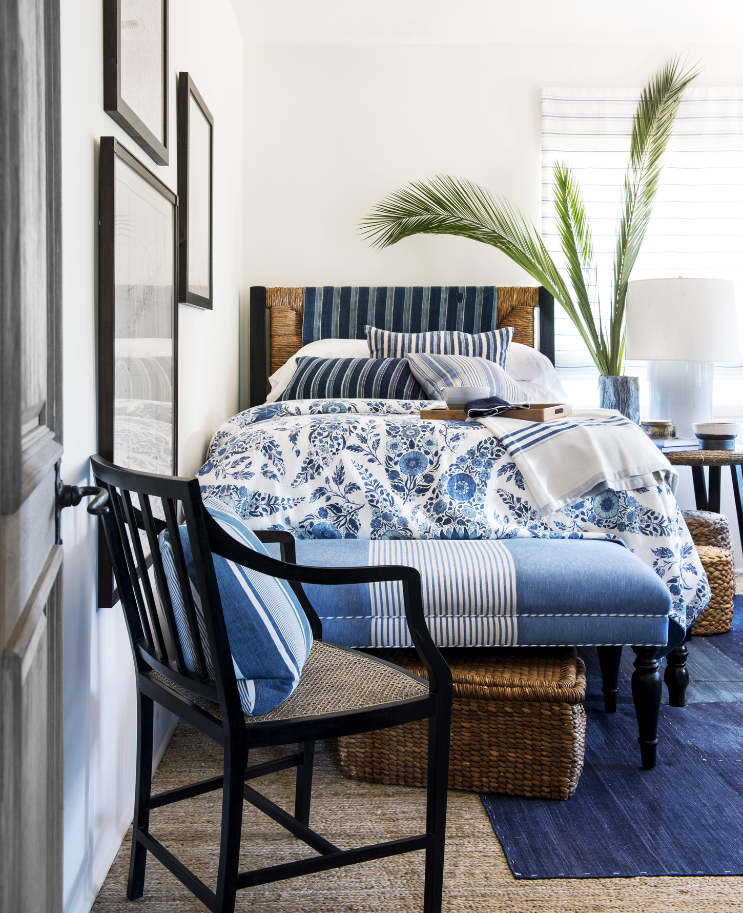 blue and white rooms decorating with blue and white - Blue And White Bedroom Designs