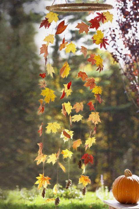 """Créez un """"charbon de vent"""" de chute en attachant les feuilles pressées ensemble. Imaginez combien il sera beau quand il y a une brise douce! Obtenez le tutoriel à Good Housekeeping."""