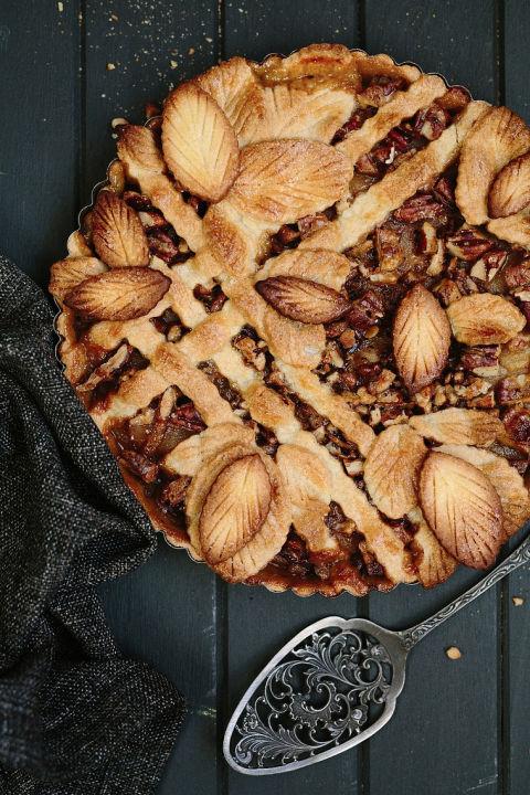Le demi-treillis sur cette croûte de tarte aux feuilles nous rappelle un magnifique treillis de jardin. Obtenez la recette chez The Pretty Blog.