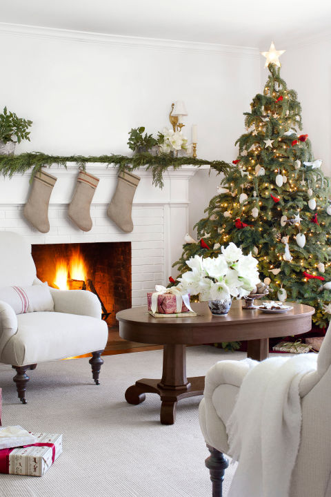 Country farmhouse christmas white christmas decor ideas for Easy christmas home decorations