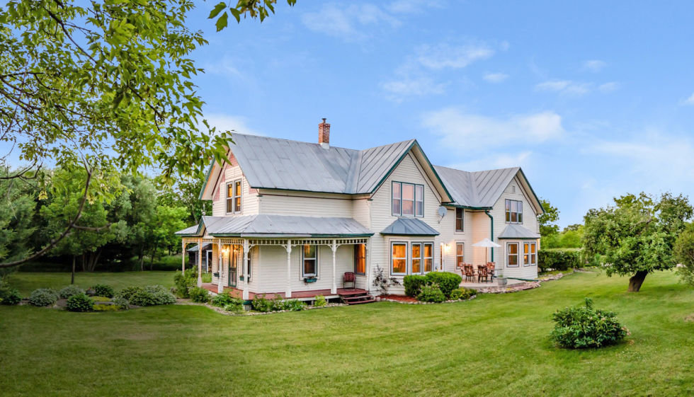 Captivating 70 country farm homes decorating design of for Farmhouse style homes for sale
