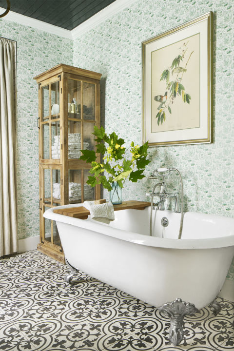 Beutiful soaking bathtub.