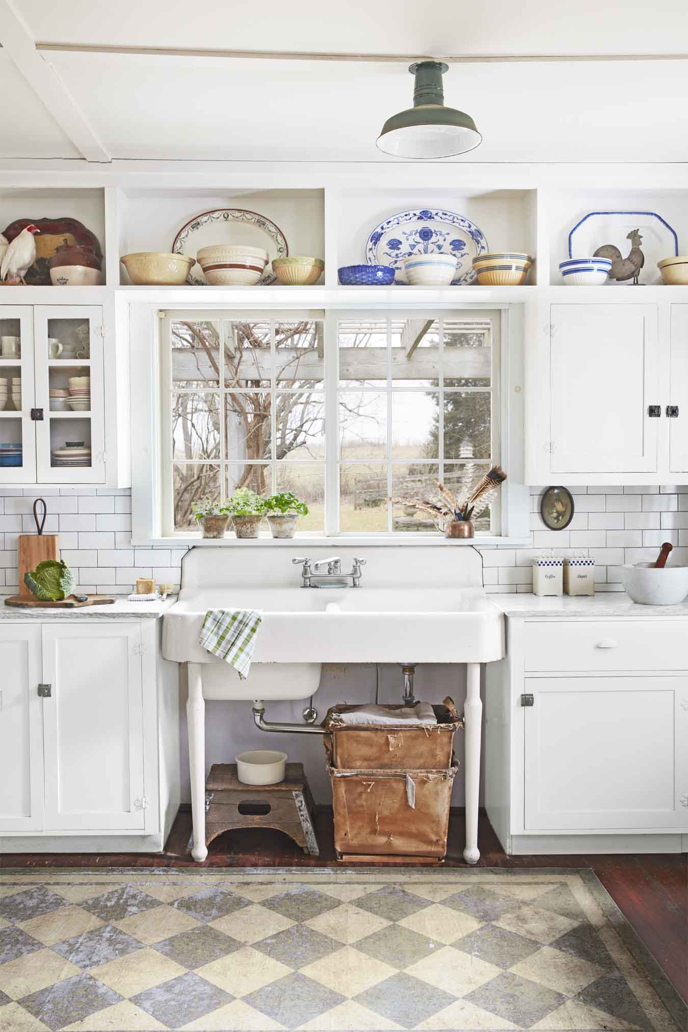 20 vintage kitchen decorating ideas design inspiration for Classic style kitchen ideas