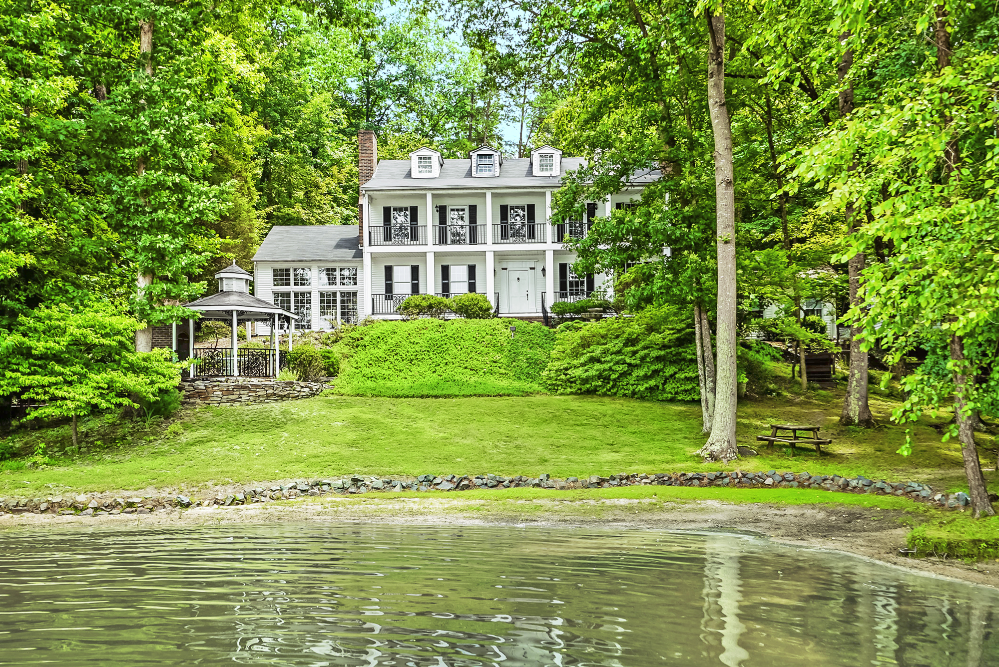 9 beautiful lake homes for sale lake house real estate for Lake house builders