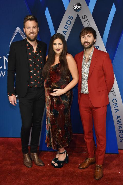 Lady Antebellum dans une robe soirée vintage longue au cheville cma awards 2017