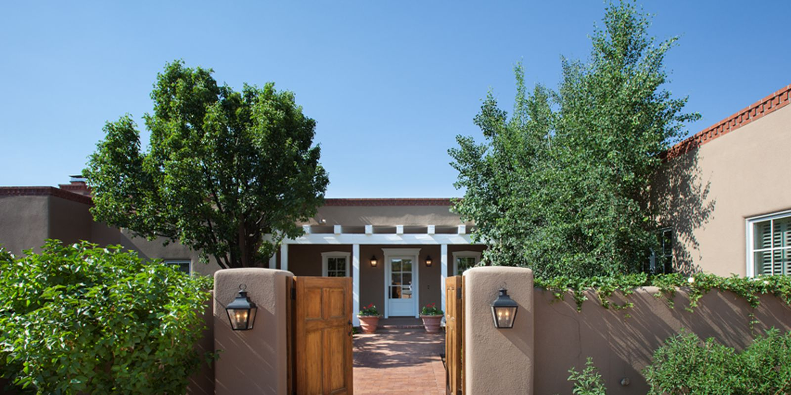 Santa fe new mexico adobe home southwestern decorating ideas for Santa fe home design