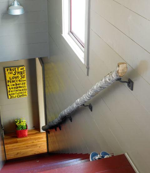 54eb4e9892cd7   0611 lowe handrail xl Trang trí cầu thang sáng tạo đơn giản cho ngôi nhà thêm xinh