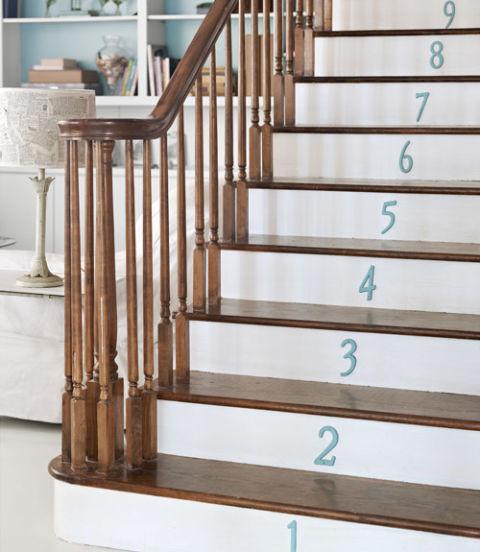 54eb5d82a634d   numbered stairs north carolina home 0512 xln Trang trí cầu thang sáng tạo đơn giản cho ngôi nhà thêm xinh