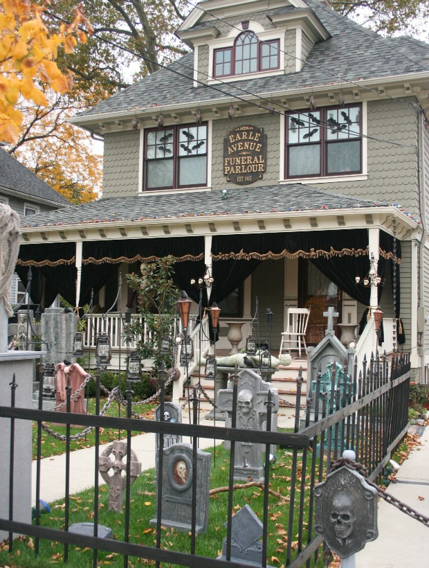 Halloween yard decorations best outdoor halloween displays - Halloween house decorations ideas ...