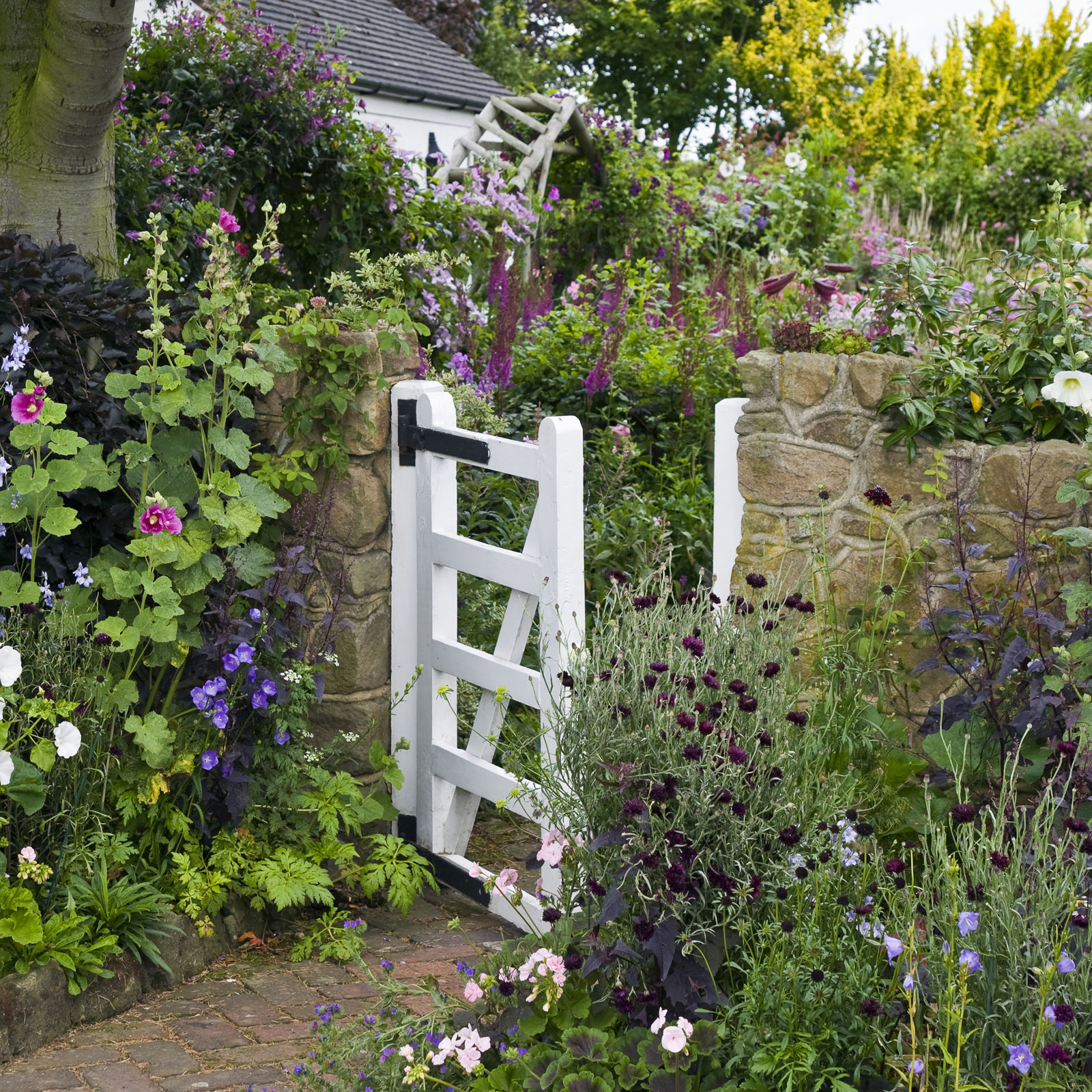 9 Cottage Style Garden Ideas - Gardening Ideas on Bungalow Backyard Ideas id=88331